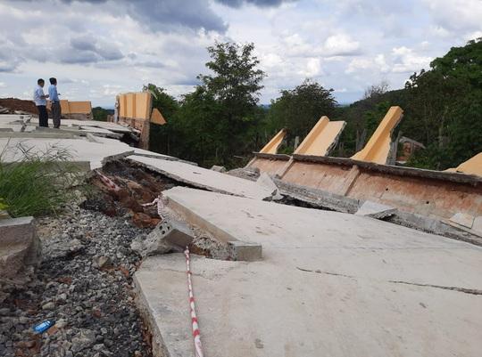 Công trình tiền tỉ tại trường học đổ sập do… mưa gió hơn 1 tháng nhưng chưa báo cáo - Ảnh 1.