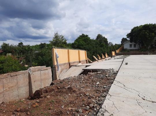 Công trình tiền tỉ tại trường học đổ sập do… mưa gió hơn 1 tháng nhưng chưa báo cáo - Ảnh 3.