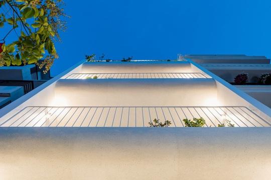 Ngôi nhà phố toàn màu trắng nổi bật ở TP HCM - Ảnh 1.