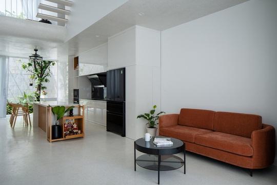 Ngôi nhà phố toàn màu trắng nổi bật ở TP HCM - Ảnh 3.