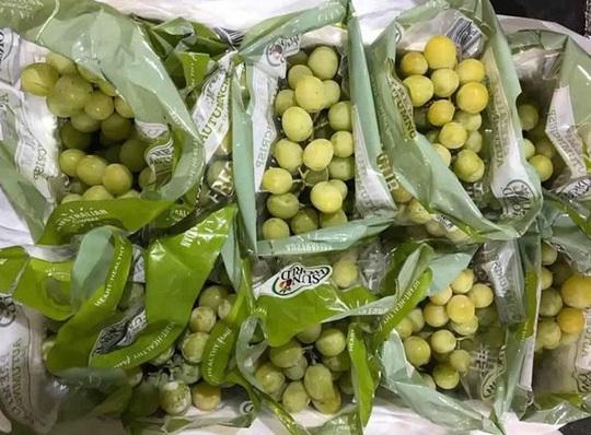 Trái cây Mỹ, Úc siêu rẻ, giá mấy chục ngàn đồng mỗi kg bày bán la liệt - Ảnh 1.