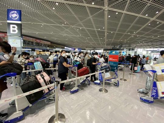 Sân bay Đà Nẵng đón hơn 340 người Việt từ Nhật Bản về nước - Ảnh 1.