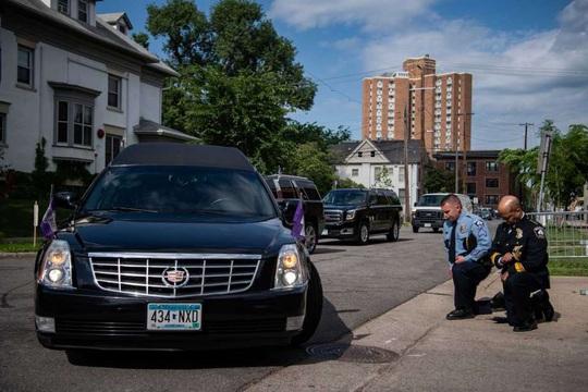 Thị trưởng, cảnh sát trưởng TP Minneapolis quỳ gối trước quan tài ông George Floyd - Ảnh 3.