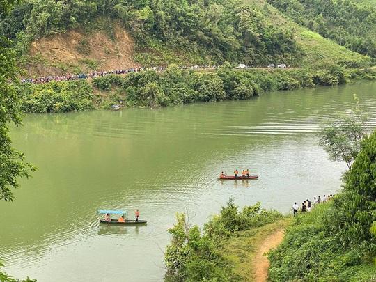 Lật thuyền có 7 người trên sông Chảy, 3 người mất tích - Ảnh 1.