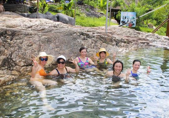 Thiên đường khoáng nóng Yang Bay - Ảnh 1.