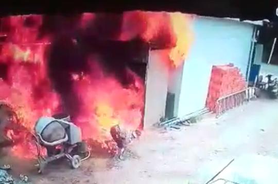 CLIP: Cháy xe bồn chở xăng dầu khiến 2 người chết thảm - Ảnh 2.