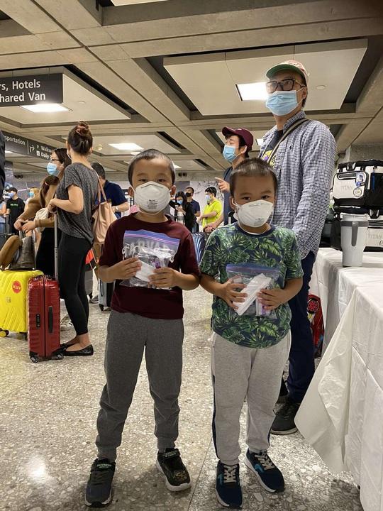 346 người Việt từ Mỹ về nước tại sân bay Nội Bài - Ảnh 1.