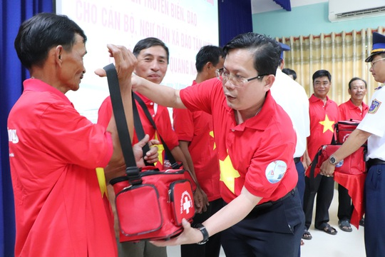 Báo Người Lao Động trao cờ Tổ quốc cho ngư dân Cù Lao Chàm - Ảnh 1.