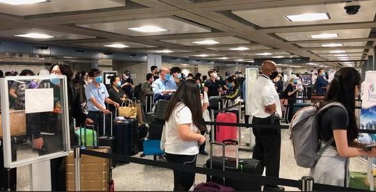 346 người Việt từ Mỹ về nước tại sân bay Nội Bài - Ảnh 6.