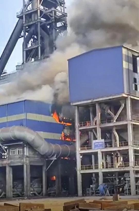 Thép Hòa Phát Dung Quất gặp sự cố, lửa cháy ngùn ngụt - Ảnh 1.