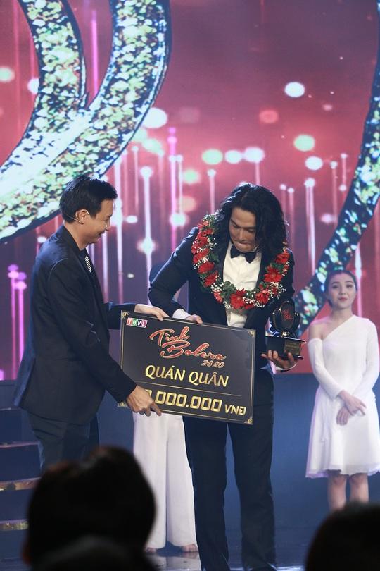 Lần đầu giành giải thưởng, Quách Ngọc Ngoan tặng ngay cho vợ Phượng Chanel - Ảnh 1.