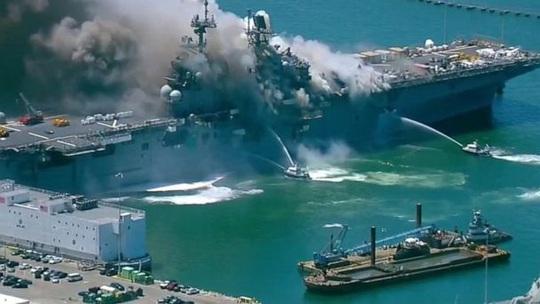 Tàu chiến Mỹ phát nổ và cháy dữ dội ngay tại cảng - Ảnh 2.