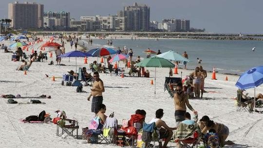 Bang Florida tăng ca nhiễm kỷ lục, California đóng cửa trở lại - Ảnh 1.