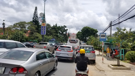 Nhiều tuyến đường ở Đà Lạt bị tê liệt... vì ùn ùn du khách - Ảnh 4.