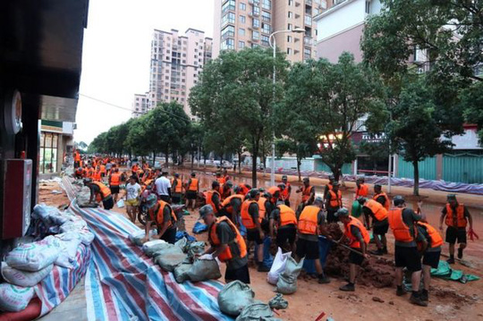 Lũ lụt chưa qua, Trung Quốc lại đau đầu vì nắng nóng - Ảnh 5.