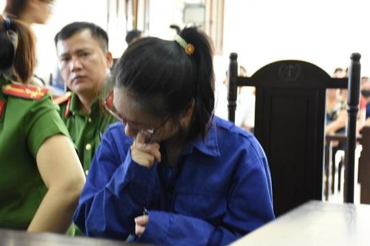 Nữ bị cáo bơm chất độc vào trà sữa đầu độc chị họ cúi gằm mặt tại tòa - Ảnh 2.