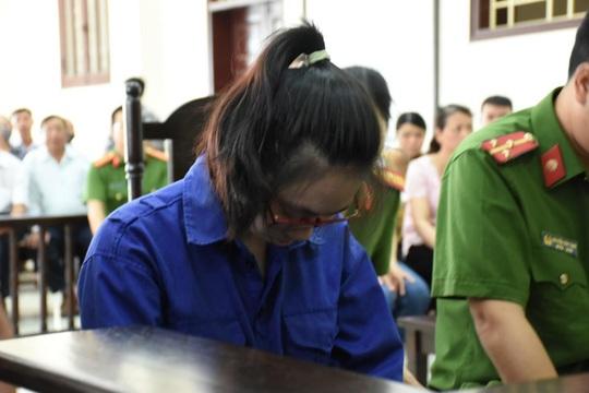 Nữ bị cáo bơm chất độc vào trà sữa đầu độc chị họ cúi gằm mặt tại tòa - Ảnh 1.