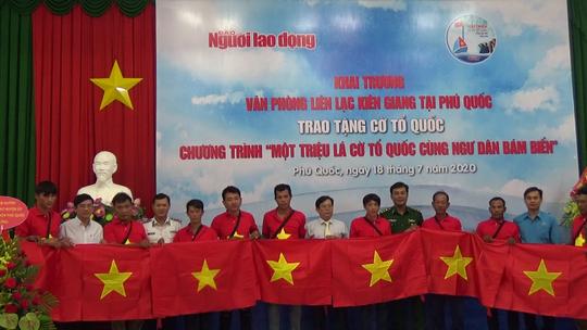 Tiếp tục trao 1.000 lá cờ Tổ quốc cho ngư dân Phú Quốc - Ảnh 13.
