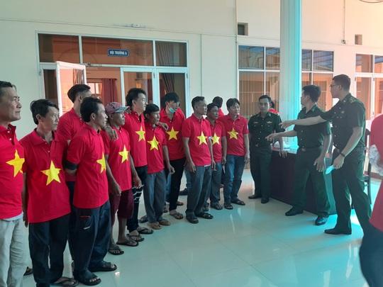 Tiếp tục trao 1.000 lá cờ Tổ quốc cho ngư dân Phú Quốc - Ảnh 5.