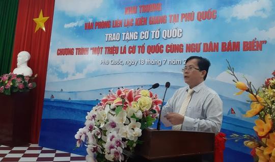 Tiếp tục trao 1.000 lá cờ Tổ quốc cho ngư dân Phú Quốc - Ảnh 1.