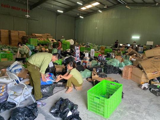 CLIP: Đột kích kho hàng lậu hơn 100.000 sản phẩm do người Trung Quốc đứng đầu - Ảnh 2.