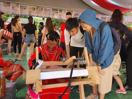 Du khách chen nhau săn tour giảm giá, thưởng thức ẩm thực tại Ngày hội Du lịch TP HCM - Ảnh 4.