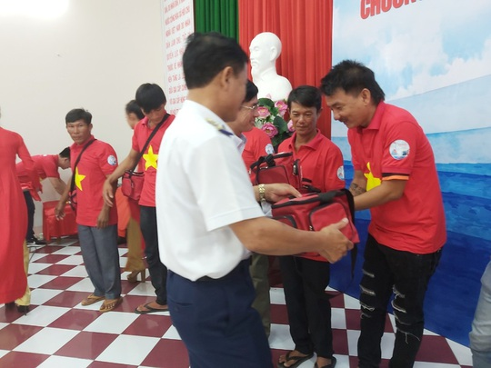 Tiếp tục trao 1.000 lá cờ Tổ quốc cho ngư dân Phú Quốc - Ảnh 8.