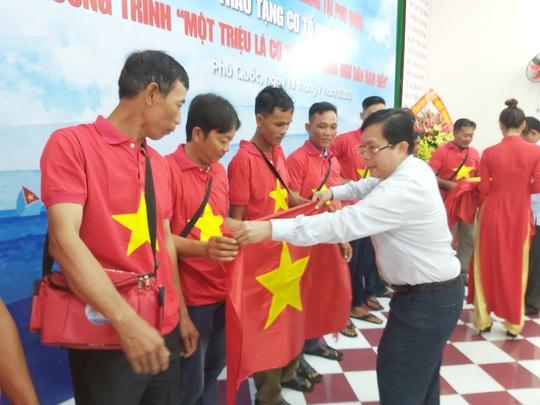 Tiếp tục trao 1.000 lá cờ Tổ quốc cho ngư dân Phú Quốc - Ảnh 12.