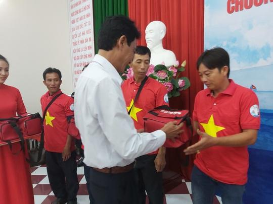 Tiếp tục trao 1.000 lá cờ Tổ quốc cho ngư dân Phú Quốc - Ảnh 6.