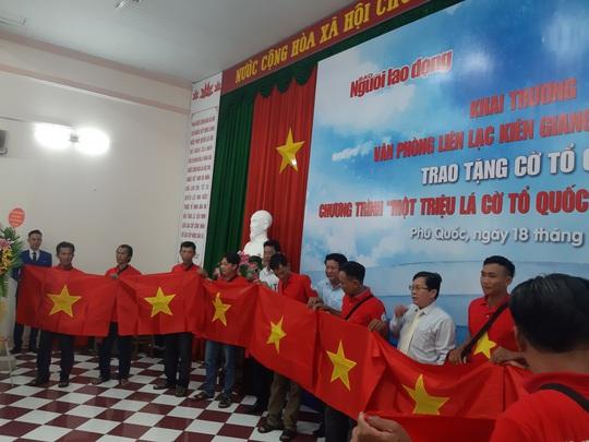Tiếp tục trao 1.000 lá cờ Tổ quốc cho ngư dân Phú Quốc - Ảnh 14.