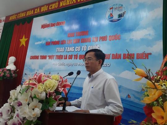 Tiếp tục trao 1.000 lá cờ Tổ quốc cho ngư dân Phú Quốc - Ảnh 2.
