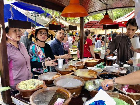 Du khách chen nhau săn tour giảm giá, thưởng thức ẩm thực tại Ngày hội Du lịch TP HCM - Ảnh 2.