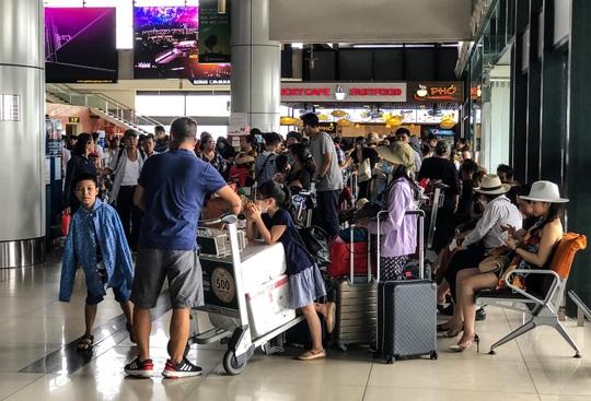 CLIP: Hành khách đông nghẹt, vật vờ chờ đợi ở sân bay Nội Bài trong mùa du lịch - Ảnh 3.