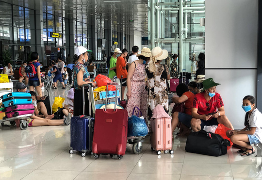 CLIP: Hành khách đông nghẹt, vật vờ chờ đợi ở sân bay Nội Bài trong mùa du lịch - Ảnh 4.
