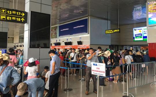 CLIP: Hành khách đông nghẹt, vật vờ chờ đợi ở sân bay Nội Bài trong mùa du lịch - Ảnh 5.