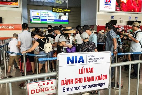 CLIP: Hành khách đông nghẹt, vật vờ chờ đợi ở sân bay Nội Bài trong mùa du lịch - Ảnh 6.