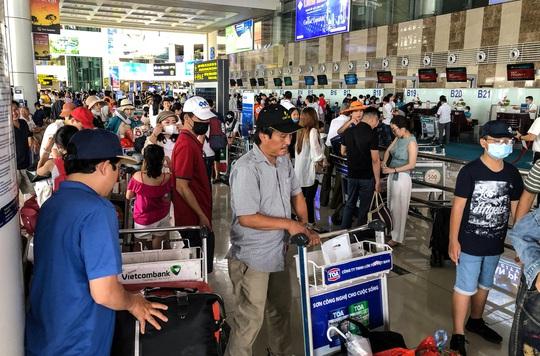 CLIP: Hành khách đông nghẹt, vật vờ chờ đợi ở sân bay Nội Bài trong mùa du lịch - Ảnh 12.