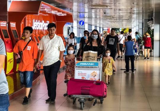 CLIP: Hành khách đông nghẹt, vật vờ chờ đợi ở sân bay Nội Bài trong mùa du lịch - Ảnh 13.