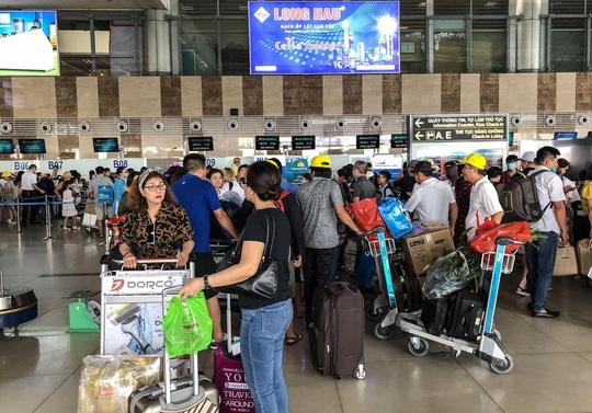 CLIP: Hành khách đông nghẹt, vật vờ chờ đợi ở sân bay Nội Bài trong mùa du lịch - Ảnh 14.