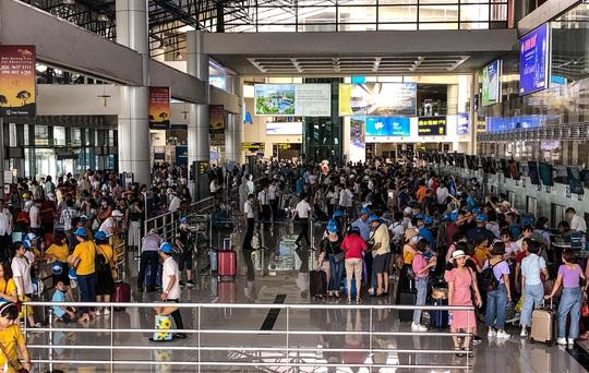 CLIP: Hành khách đông nghẹt, vật vờ chờ đợi ở sân bay Nội Bài trong mùa du lịch - Ảnh 15.