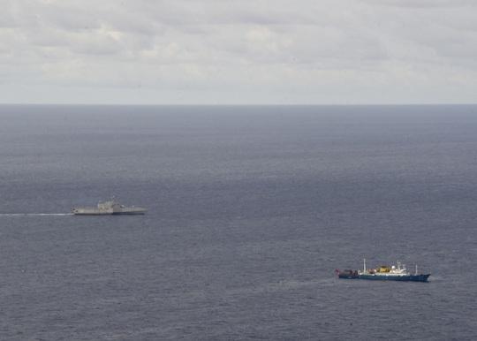 Tàu chiến Mỹ theo sát tàu khảo sát địa chất Trung Quốc ở biển Đông - Ảnh 1.