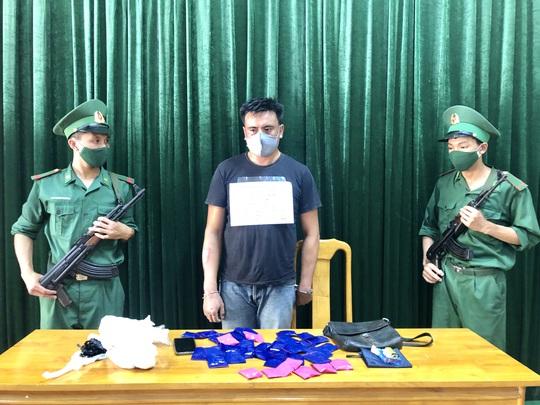 Bộ đội biên phòng đánh án giữa rừng, bắt người Lào vận chuyển 8.000 viên ma túy qua biên giới - Ảnh 3.