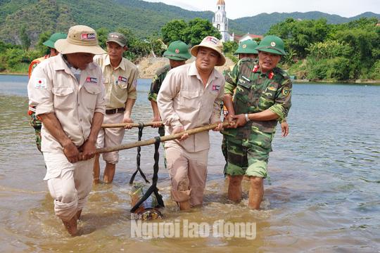 Phát hiện quả bom hơn 200 kg chưa phát nổ trên sông Gianh - Ảnh 3.