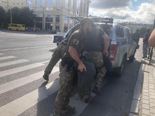 Ukraine: Đang diễn ra bắt cóc 20 con tin và nghi phạm dọa nổ tung xe buýt - Ảnh 2.
