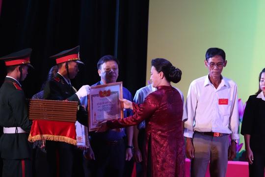 Chủ tịch Quốc hội trao bằng Tổ quốc ghi công cho thân nhân liệt sĩ - Ảnh 2.