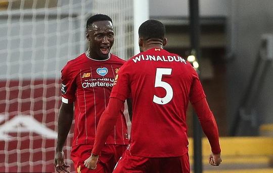 Vùi dập Chelsea, Liverpool tưng bừng nâng cúp vô địch ở Anfield - Ảnh 2.