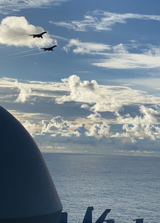 Máy bay ném bom Mỹ hoạt động không ngừng ở biển Đông - Ảnh 1.