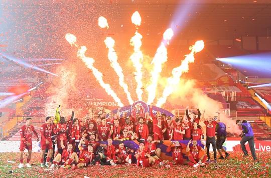 Vùi dập Chelsea, Liverpool tưng bừng nâng cúp vô địch ở Anfield - Ảnh 10.