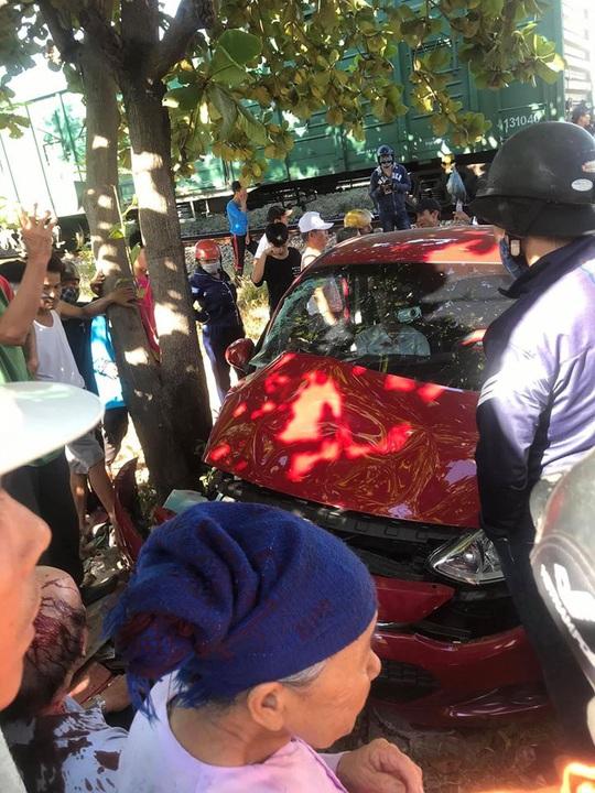 CLIP: Kinh hoàng cảnh ôtô cố băng qua đường bị tàu hỏa tông - Ảnh 3.