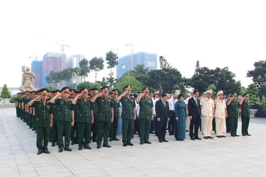 Sáng sớm, lãnh đạo TP HCM, Quân khu 7 dâng hương tưởng niệm các anh hùng liệt sĩ - Ảnh 2.
